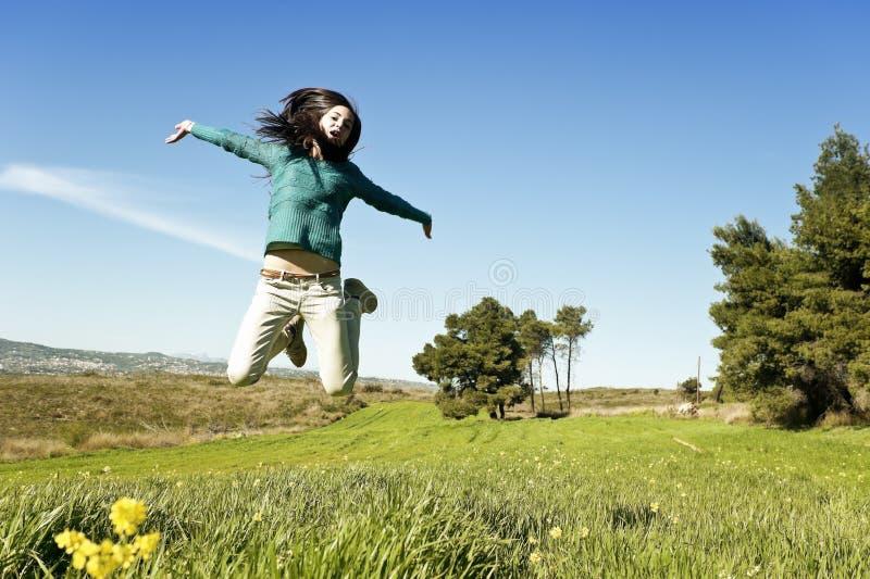 Девочка-подросток в поле стоковая фотография rf