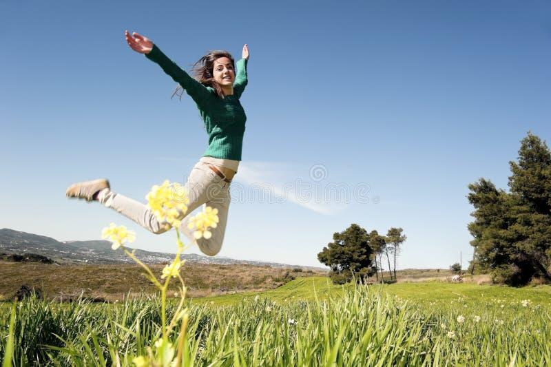 Девочка-подросток в поле стоковое изображение