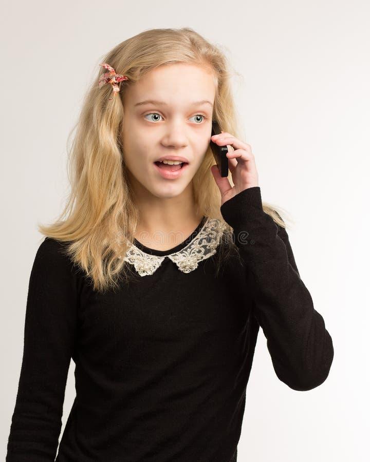 Девочка-подросток говоря на ее телефоне стоковые изображения rf