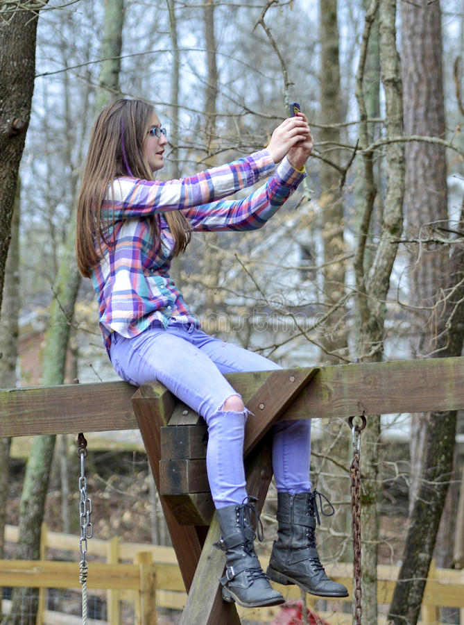 Девочка-подросток говоря Selfie стоковое изображение