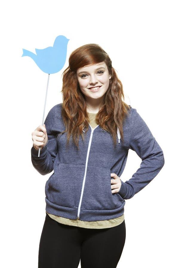 Девочка-подросток держа социальный усмехаться знака средств стоковое фото rf