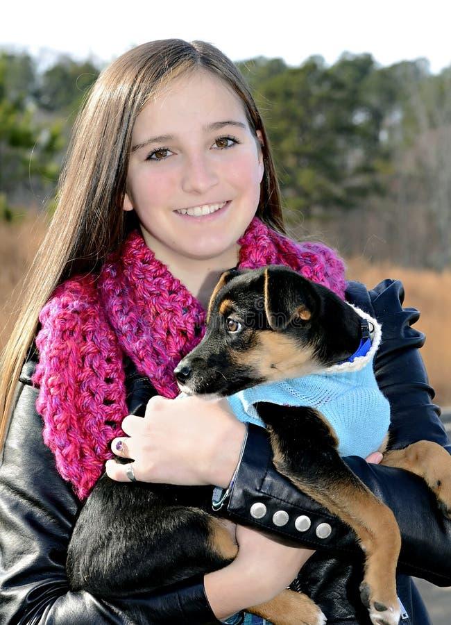 Девочка-подросток и собака стоковое фото