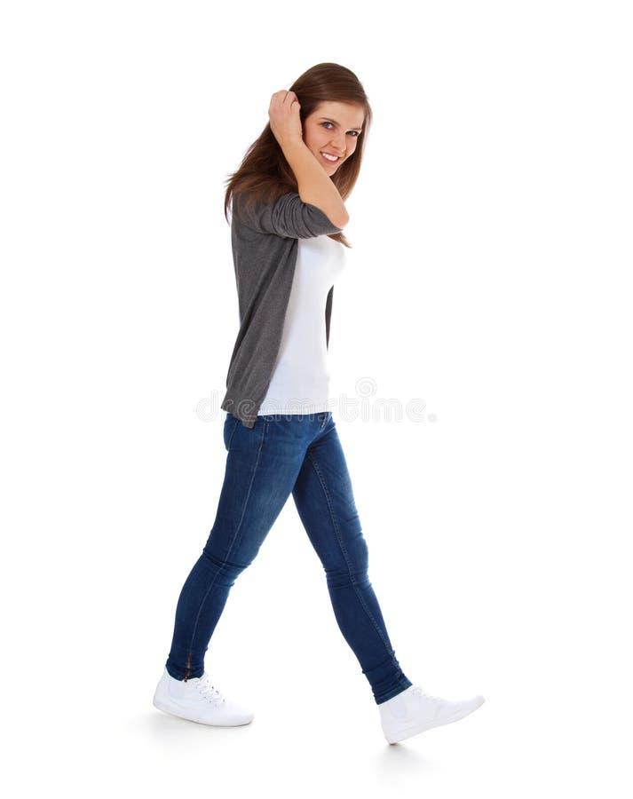 Девочка-подросток идя мимо стоковые фото