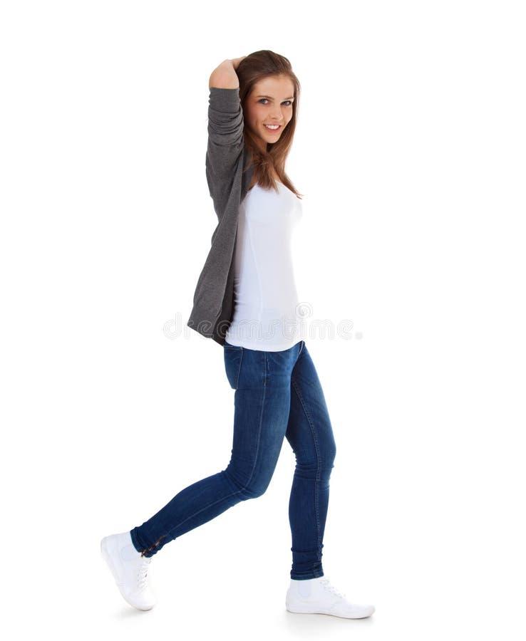 Девочка-подросток идя мимо стоковые изображения rf