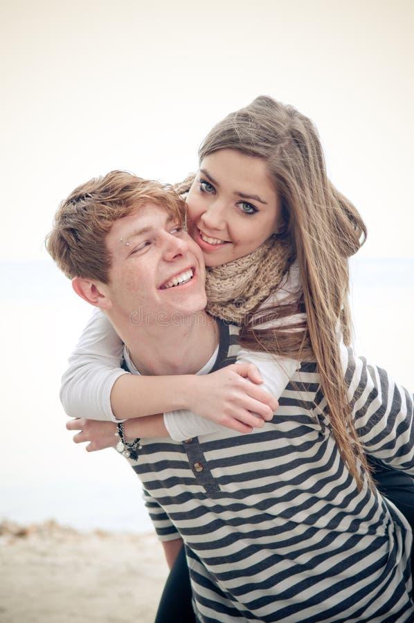 Счастливые подростковые пары стоковые изображения