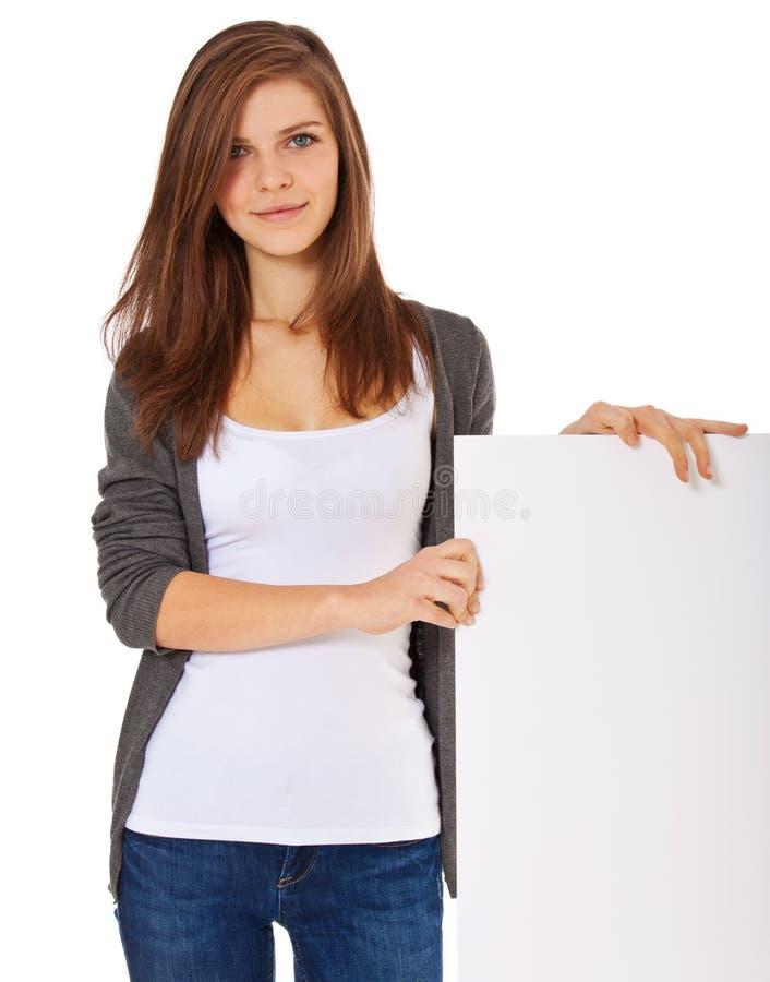 Девочка-подросток рядом с белым указателем места заполнения стоковые фотографии rf
