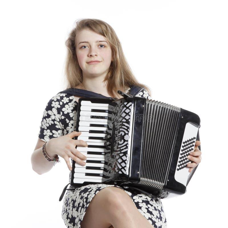 Девочка-подросток сидит в студии с аккордеоном стоковое изображение