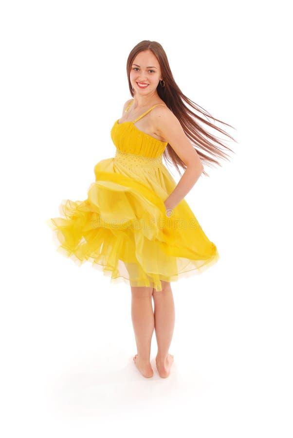 Девочка-подросток стоит назад желтое платье стоковое изображение rf