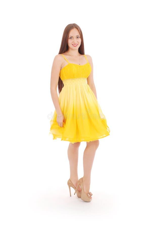 Девочка-подросток стоит назад желтое платье стоковые фото