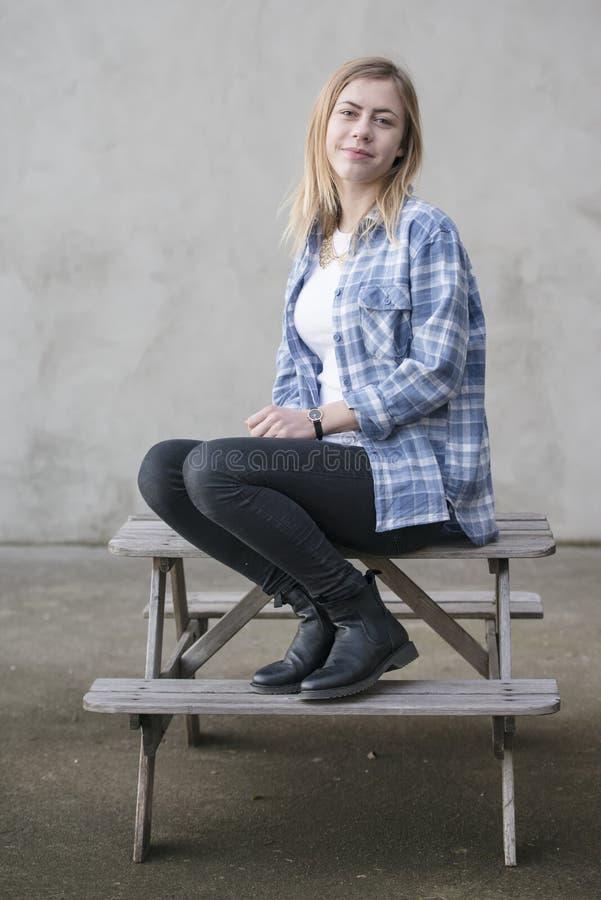 Девочка-подросток с голубой рубашкой стоковые фото