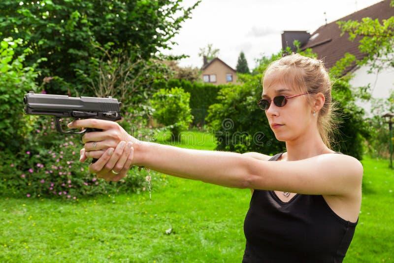 Девочка-подросток с оружием стоковое фото
