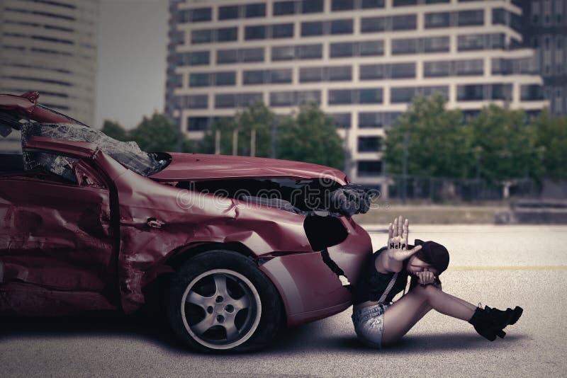 Девочка-подросток с поврежденным автомобилем стоковые изображения