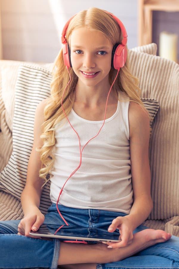 Девочка-подросток с устройством стоковые изображения rf