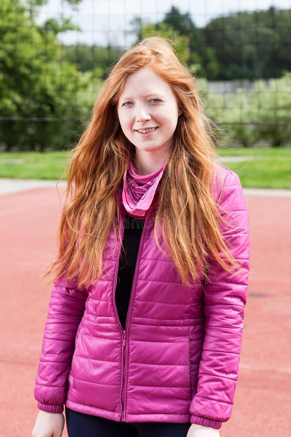 Девочка-подросток Redhead в пинке стоковые фотографии rf