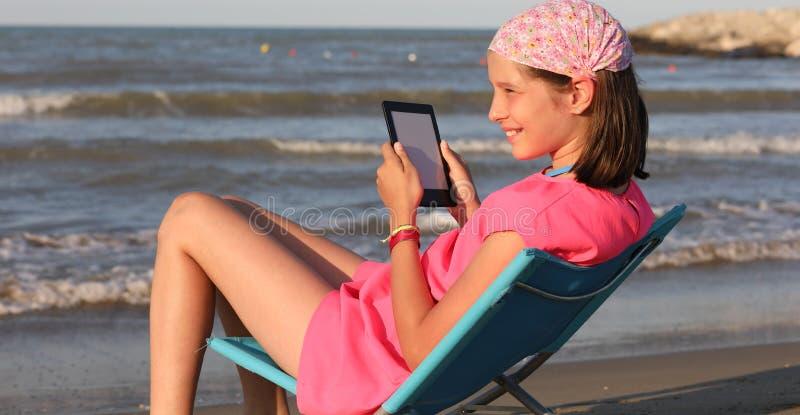 Девочка читает книгу стоковые фотографии rf