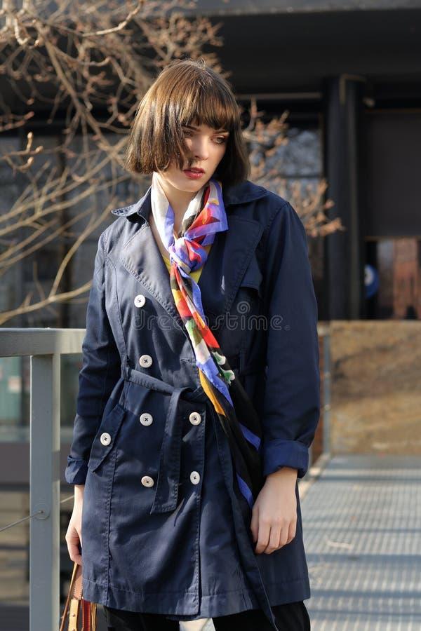 Девушка Ð'eautiful идет в парк стоковое фото rf