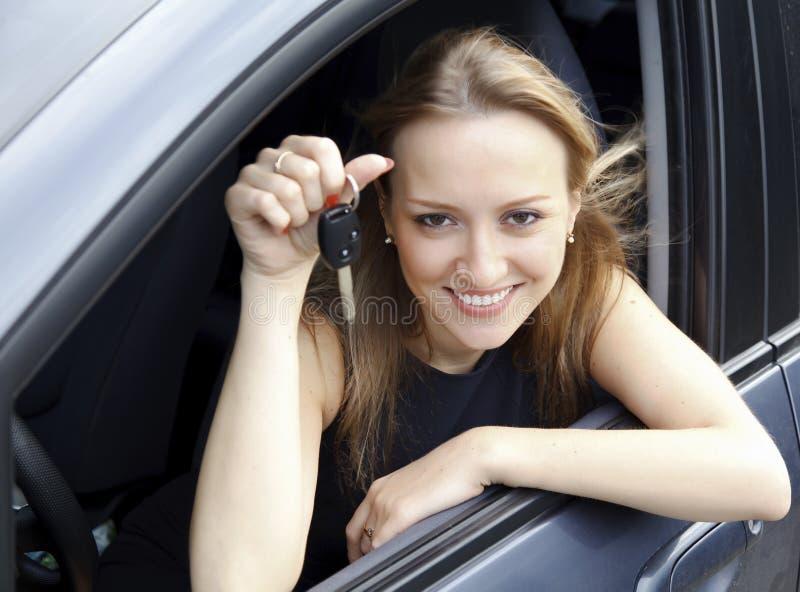 девушка автомобиля счастливая стоковые фото
