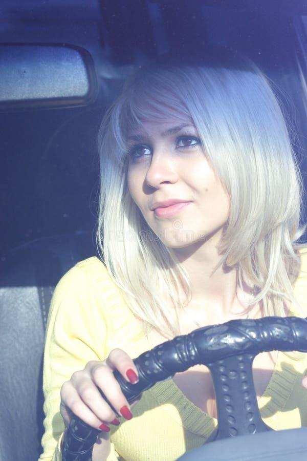 Download девушка автомобиля стоковое изображение. изображение насчитывающей солнечно - 1481475