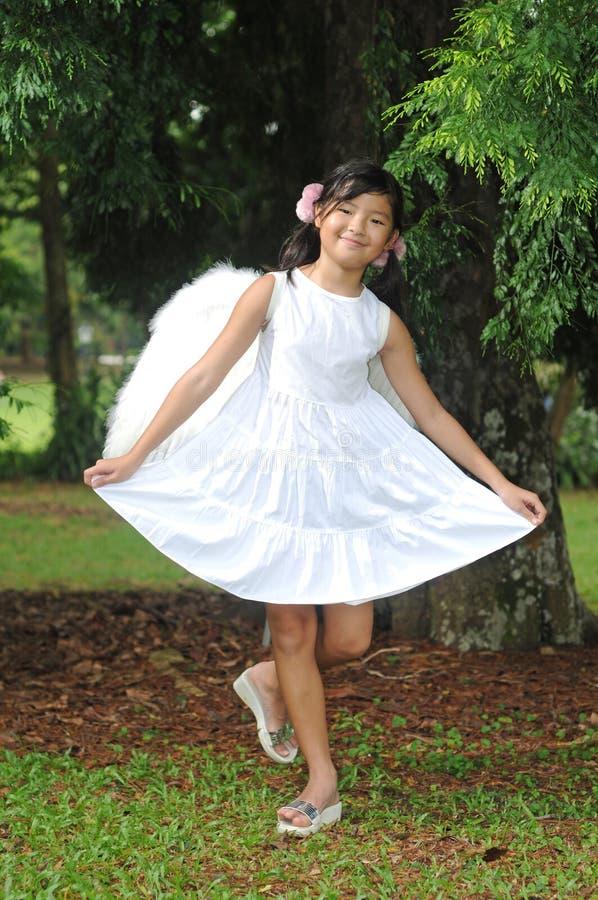 девушка азиатского смычка ангела китайская делая немного стоковое изображение rf