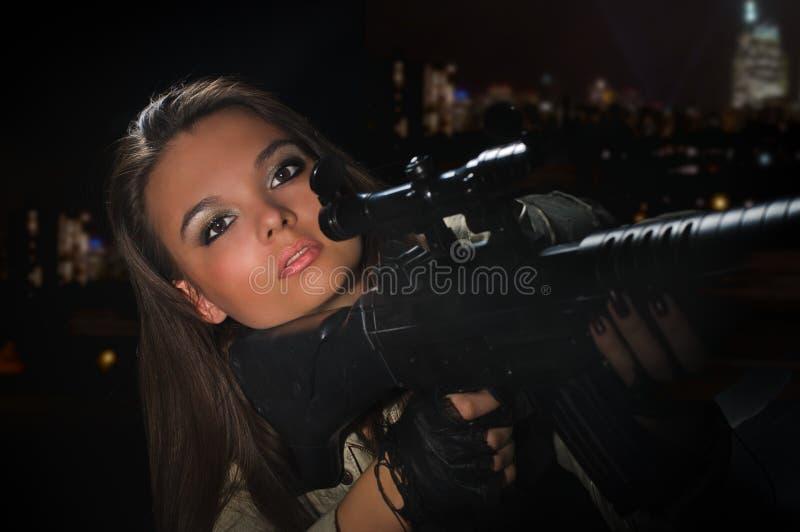 Девушка армии в светах ночи стоковое изображение