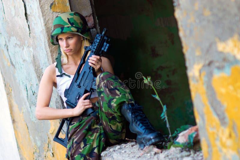 Девушка армии с винтовкой стоковая фотография rf