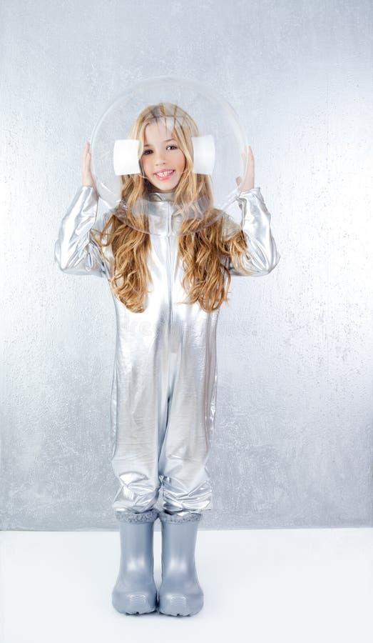 Девушка астронавта с серебряной формой стоковые изображения