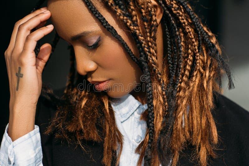 девушка афроамериканца унылая Проблемы в жизни стоковое фото rf