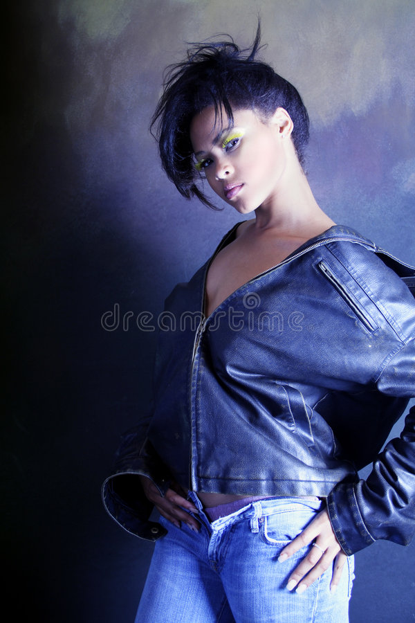 девушка афроамериканца черная ее носить нижнего белья кожаного показа куртки подростковый стоковые фото