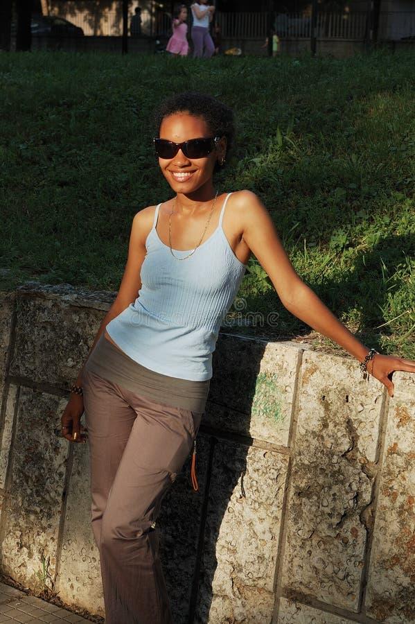Девушка афроамериканца outdoors стоковое изображение