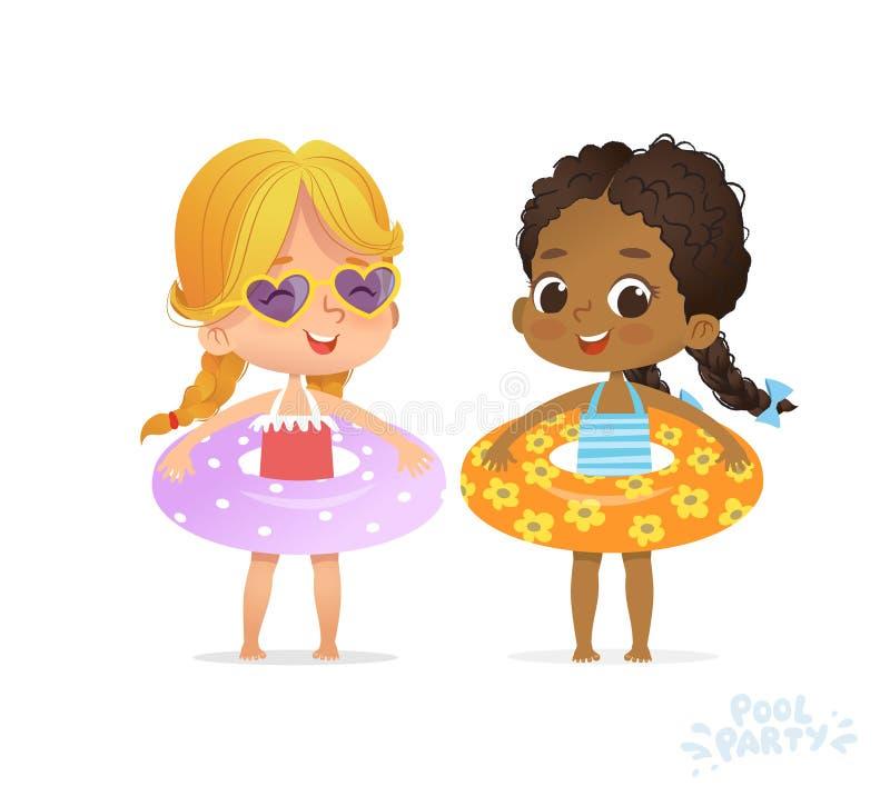 Девушка Афро американская кавказская в купальнике Друг ребенк ослабляет на вечеринке у бассейна лета Multiracial с раздувным коль бесплатная иллюстрация