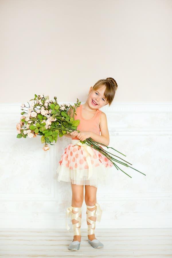 Девушка балерина с цветками стоковые фотографии rf
