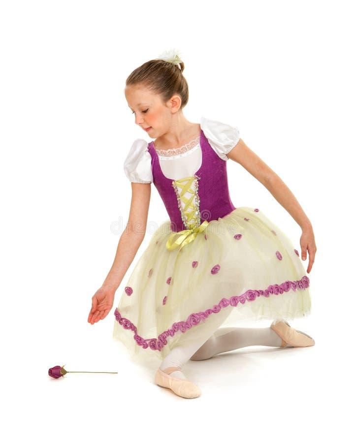 Девушка балерины в костюме чтения стоковая фотография rf