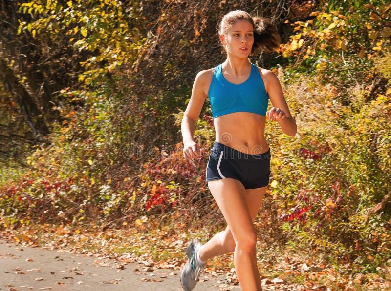 Девушка бегуна в парке стоковые изображения