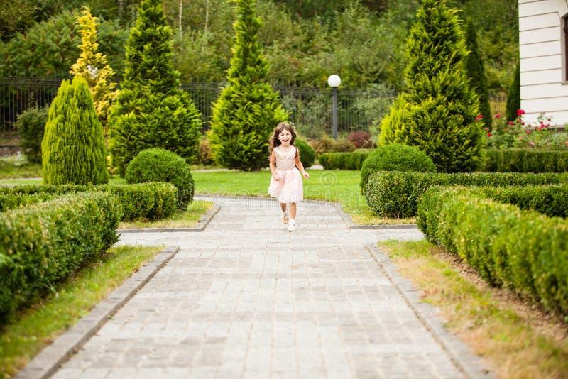 Девушка бежать вдоль переулка стоковое фото rf
