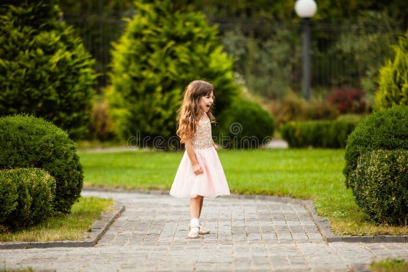 Девушка бежать вдоль переулка стоковое изображение