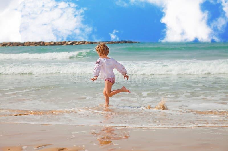 Download Девушка бежать вдоль прибоя Стоковое Фото - изображение насчитывающей девушка, пляжа: 40582764