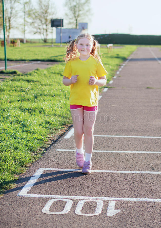 Девушка бежать на следе стоковая фотография