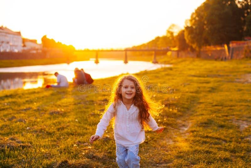 Девушка бежит к счастью стоковая фотография