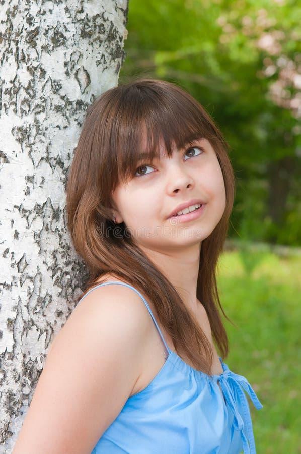 девушка березы около романтичных сек к стоковая фотография