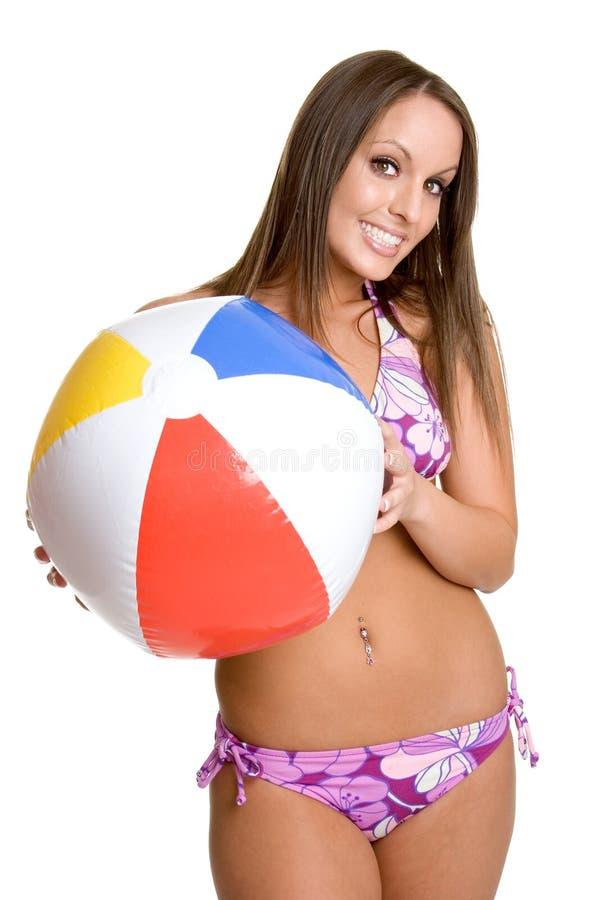 девушка бикини пляжа шарика стоковое изображение