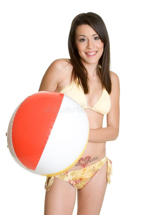 девушка бикини пляжа шарика стоковое изображение rf