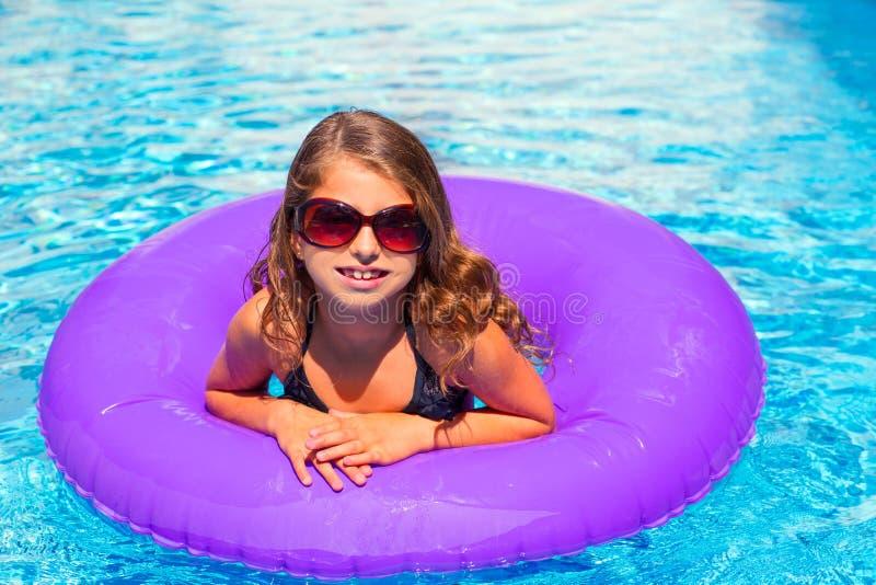 Девушка Бикини с солнечными очками и раздувной бассеин звенят стоковое изображение