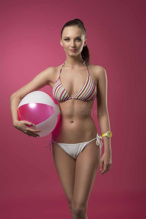 Девушка бикини с шариком пляжа стоковое изображение rf