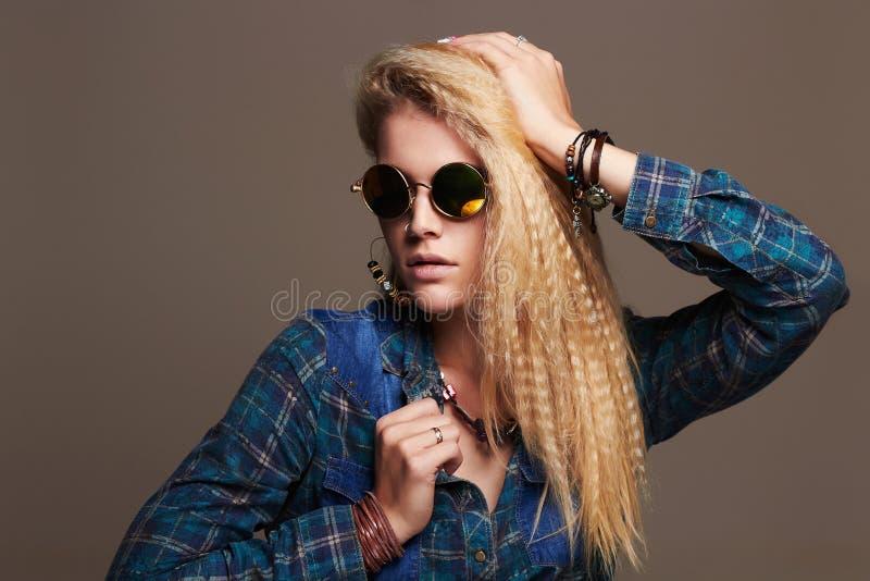 Девушка битника белокурая сексуальная в солнечных очках красивейшие детеныши женщины стоковая фотография