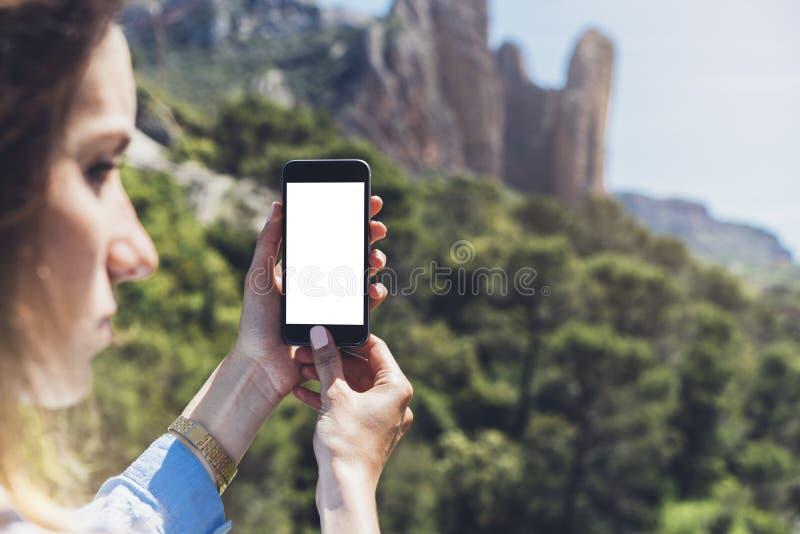 Девушка битника делая фото на крупном плане smartphone передвижном, руках взгляда туристских используя устройство знонит по телеф стоковое фото rf