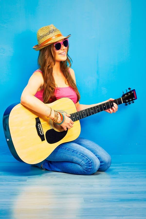 Девушка битника играя гитару Музыкант молодой женщины стоковые изображения