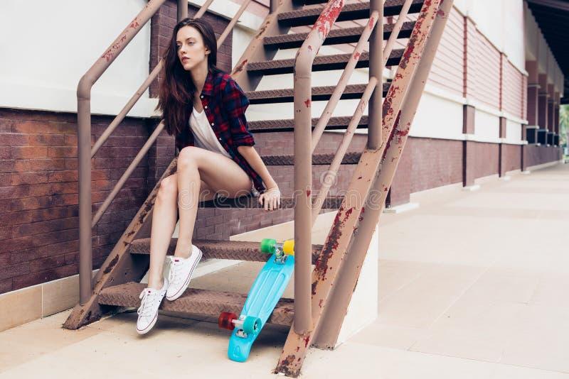 Девушка битника на лестницах металла стоковое фото rf
