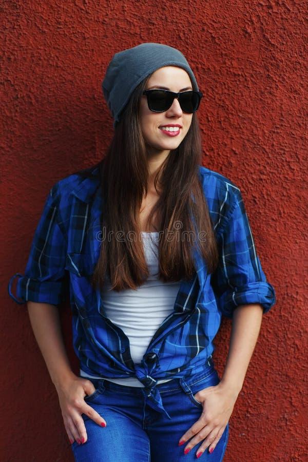 Девушка битника с стеклами и шляпой стоковое фото