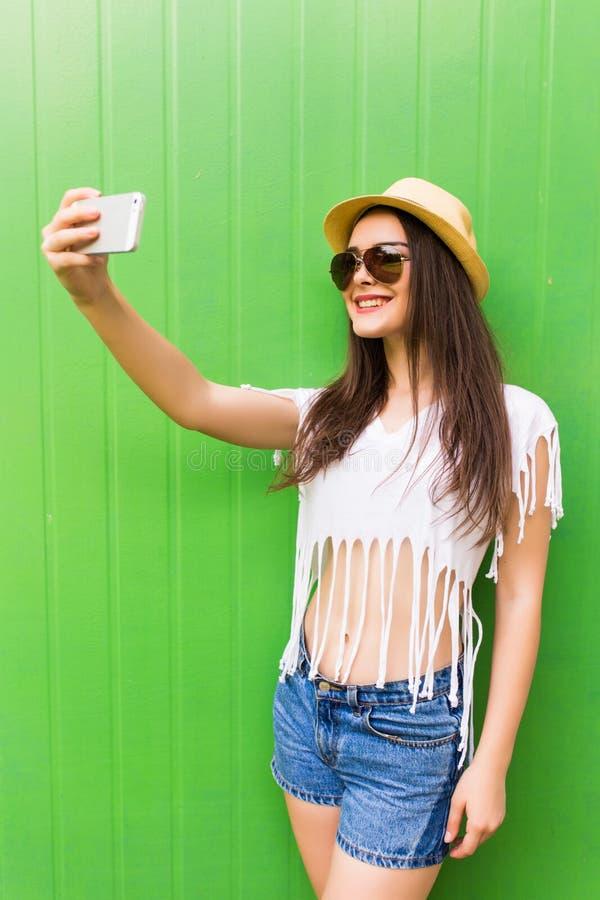 Девушка битника холодная фотографируя на автопортрете smartphone стоковые фотографии rf