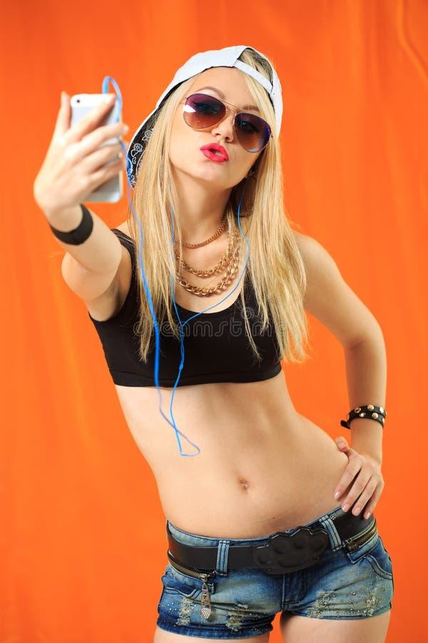 Девушка битника холодная фотографируя на автопортрете smartphone, стоковое фото rf